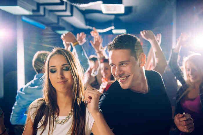 Comment danser avec un club pour une fille?